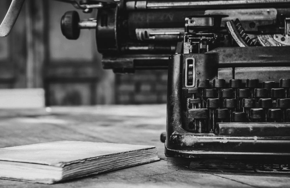 Alte Schreibmaschine und Buch